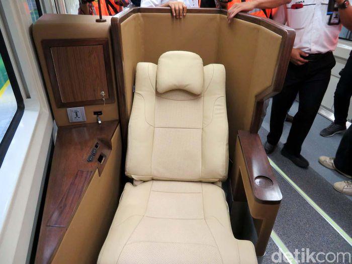 Kursi tidur tersebut akan dilengkapi beberapa fasilitas, misalnya bagi Anda yang suka membaca. Pasalnya terdapat lampu baca di sisi kiri penumpang. (detik)