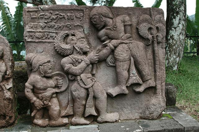 Candi Sukuh, salah satu relief di sekitar candi sukuh. sumber : jakartatraveller