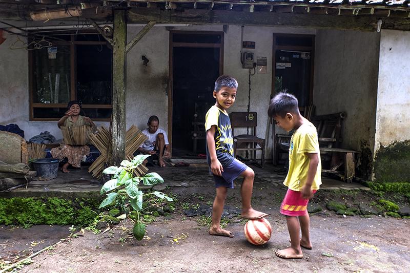 Meskipun dalam keterbatasan ekonomi anak anak tetep berhak mendapatkan hak bermaiannya