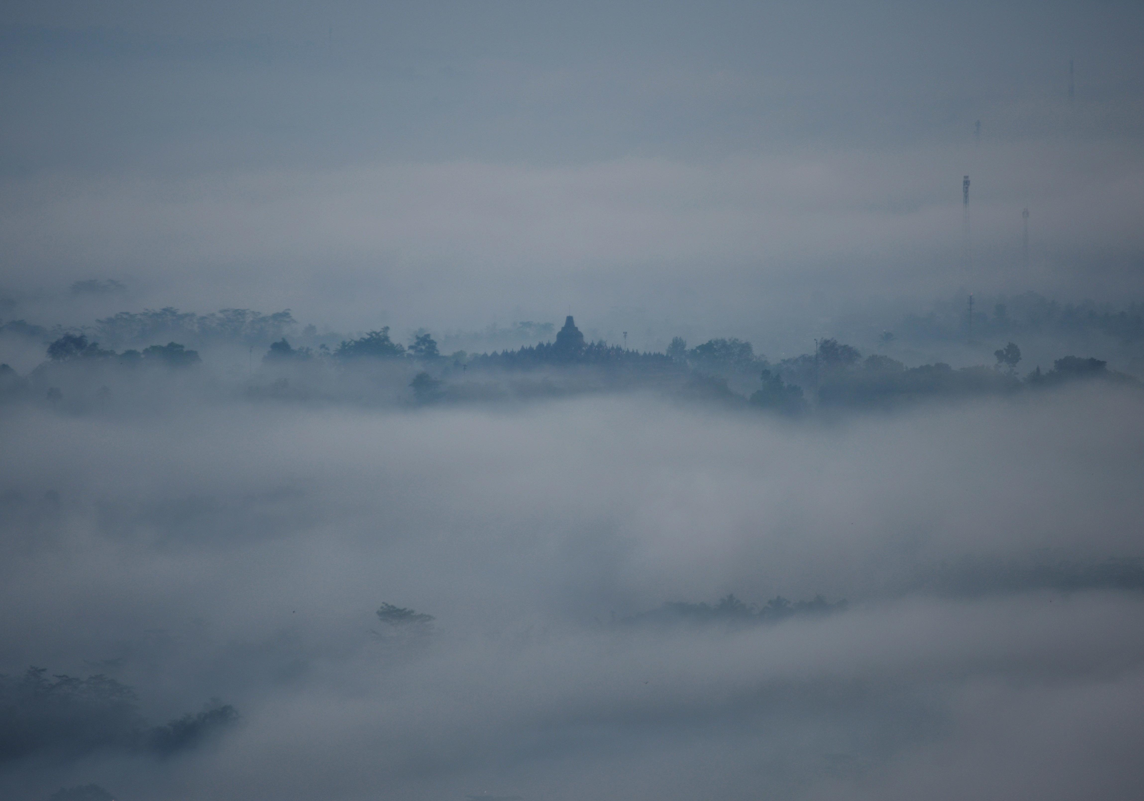 Candi Borobudur dalam selimut kabut