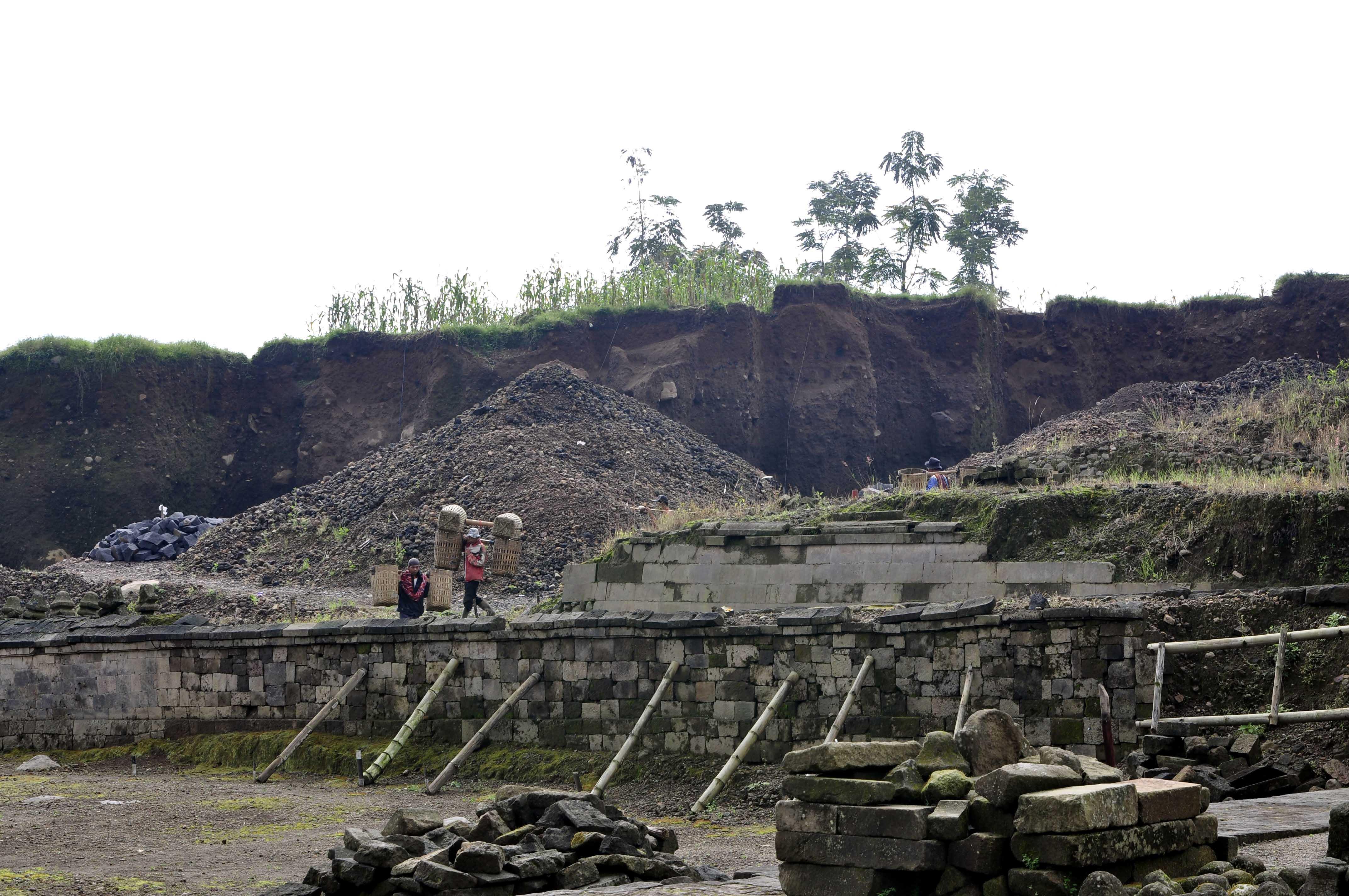 PAra penggali tambang tradisional yang masih menambang