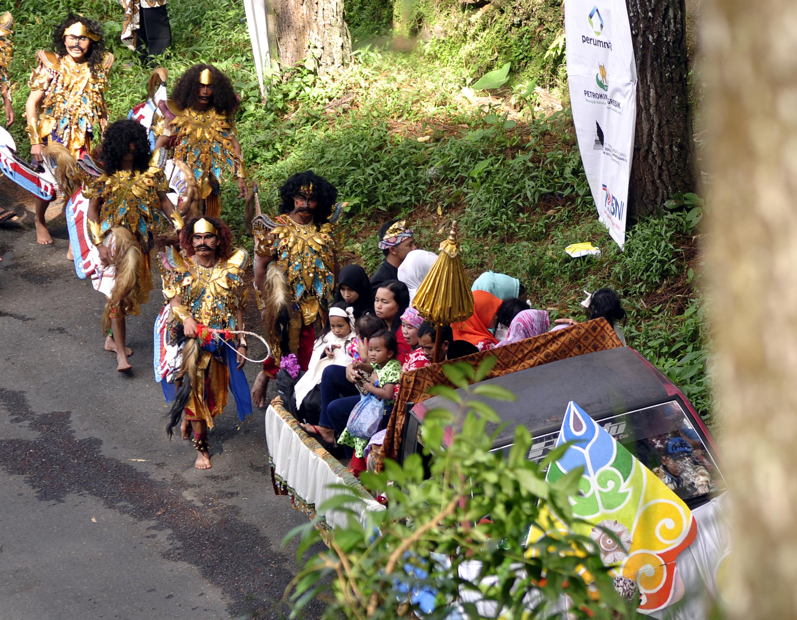 Arak arakan mengiringi kedatangan anak anak rambut gimbal