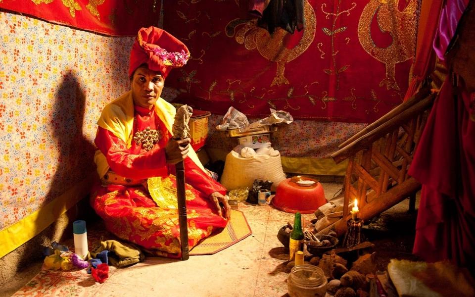 Bissu, figur spiritual yang tidak terikat pada gender perempuan atau laki-laki. Sumber:america.aljazeera.com