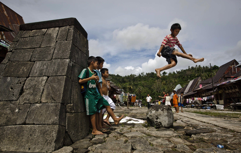 Anak laki-laki Nias sedang berlatih lompat batu, sumber:metro.co.uk