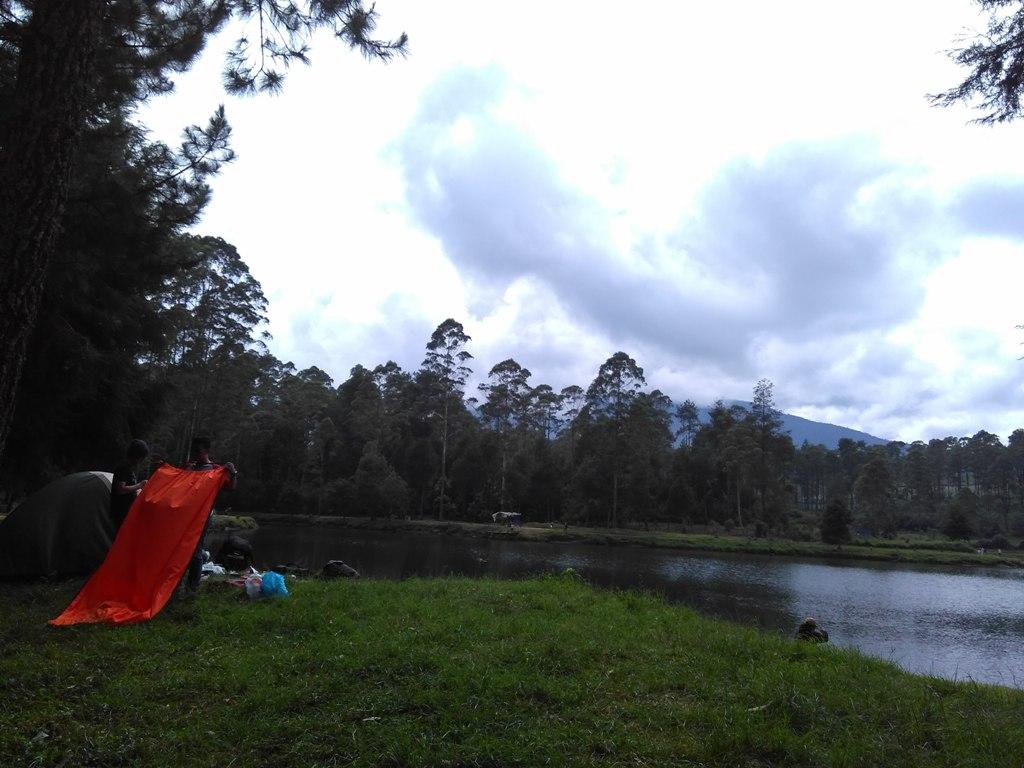 Suasana Camping di pinggir Situ Cisanti, Sumber: Dokumentasi Pribadi