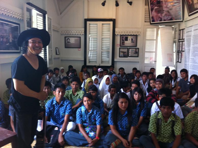 andrea hirata dan mendapat kunjungan dari siswa-siswi (museumkataandreahirata.com)