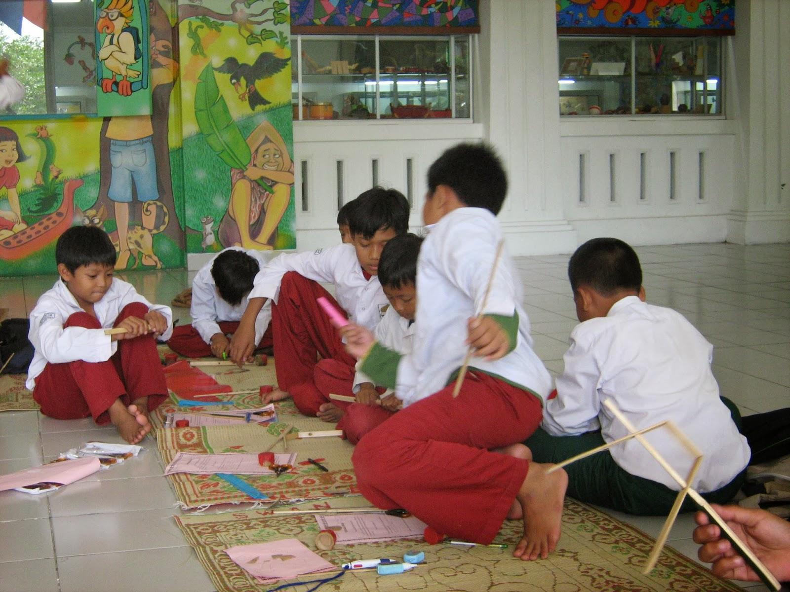 Pengunjung museum didominasi usia anak sekolah (http://kolongtangga.blogspot.co.id/)