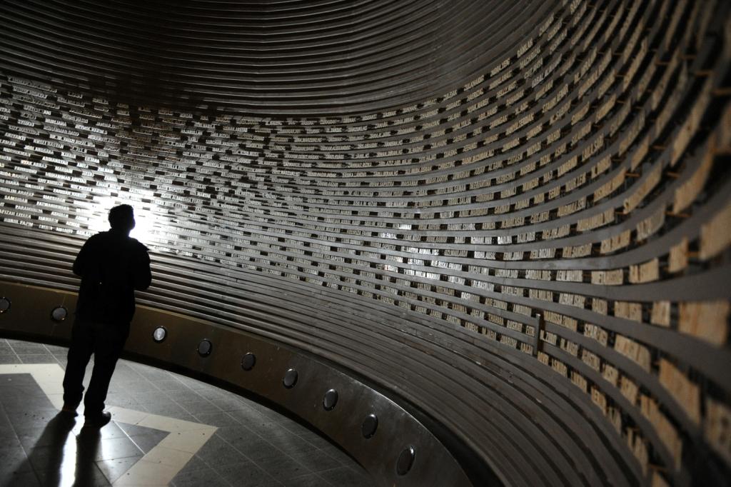 Nama-nama korban tsunami di salah satu ruang museum (http://disbudpar.acehprov.go.id)