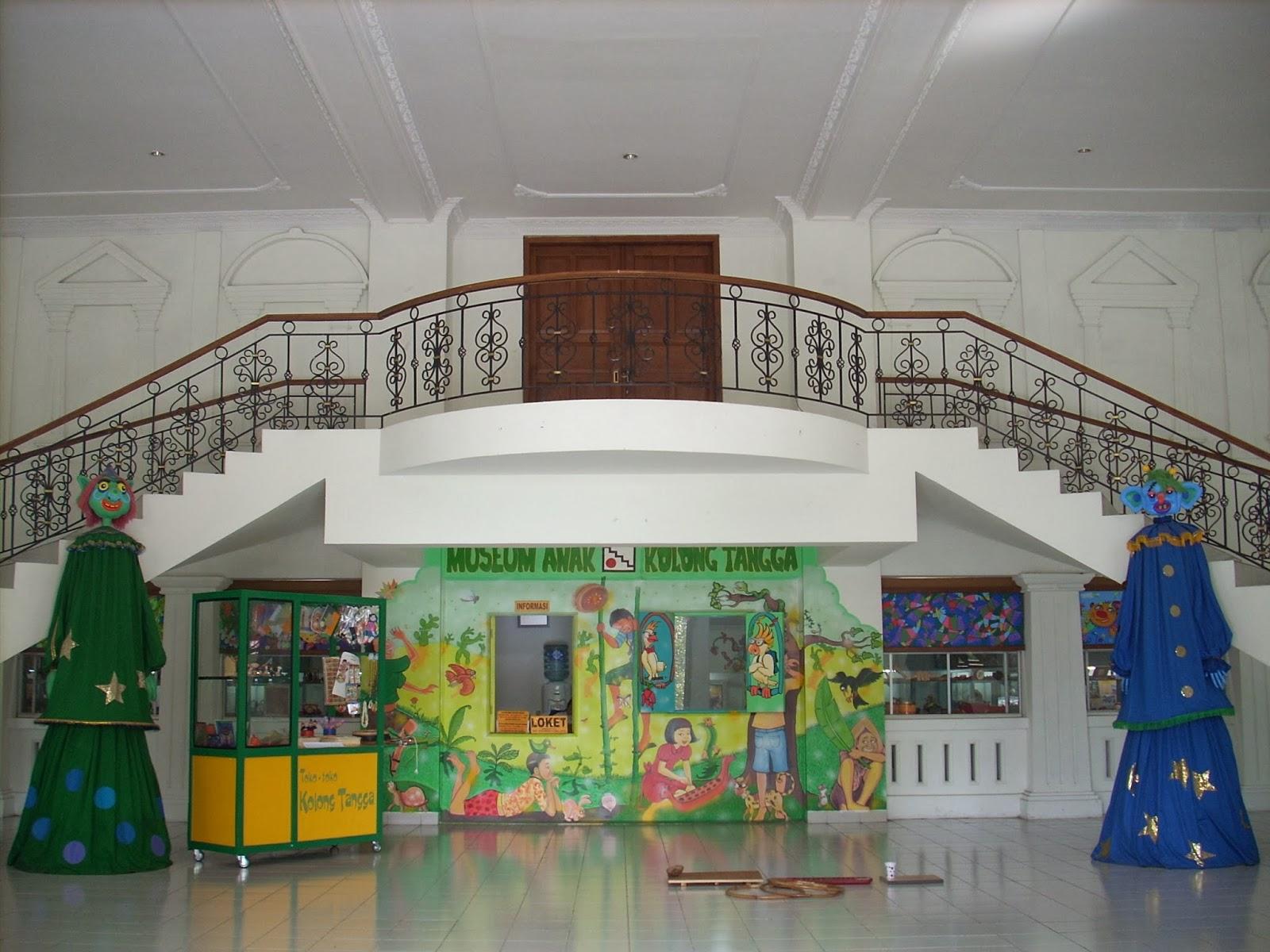Lokasi museum berada di bawah tangga (http://kolongtangga.blogspot.co.id/)