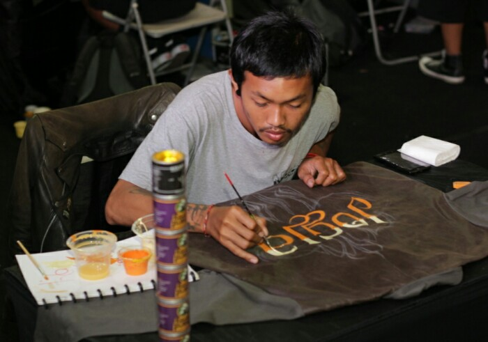 setyo, salah satu crew freeflow sedang melakukan pinstriping di kaos (http://freeflowkustompainting.blogspot.co.id)