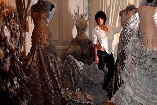 Tex Saverio bersama busana rancangannya (https://wearecoquettish.files.wordpress.com)