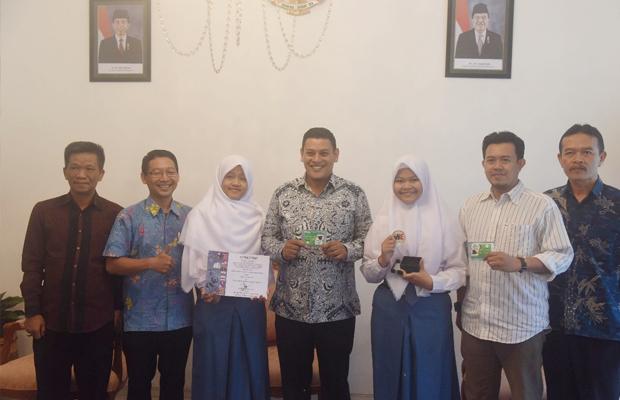 Wali Kota Kediri Menerima Kunjungan dari Aulia dan Sona yang telah memenangkan kompetisi internasional/Kediri Times
