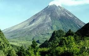 Gunung Merapi ini adalah salah satu gunung yang mengelilingi kota magelang