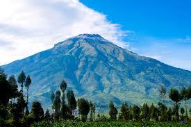 Gunung Sumbing ini mengelilingi kota magelang
