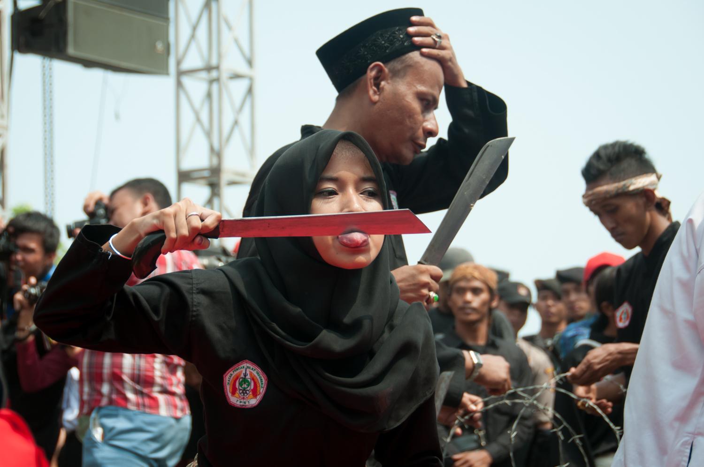 Tidak hanya laki-laki, Perempuan di Banten mengikuti debus juga   sumber: bantenwisata.com
