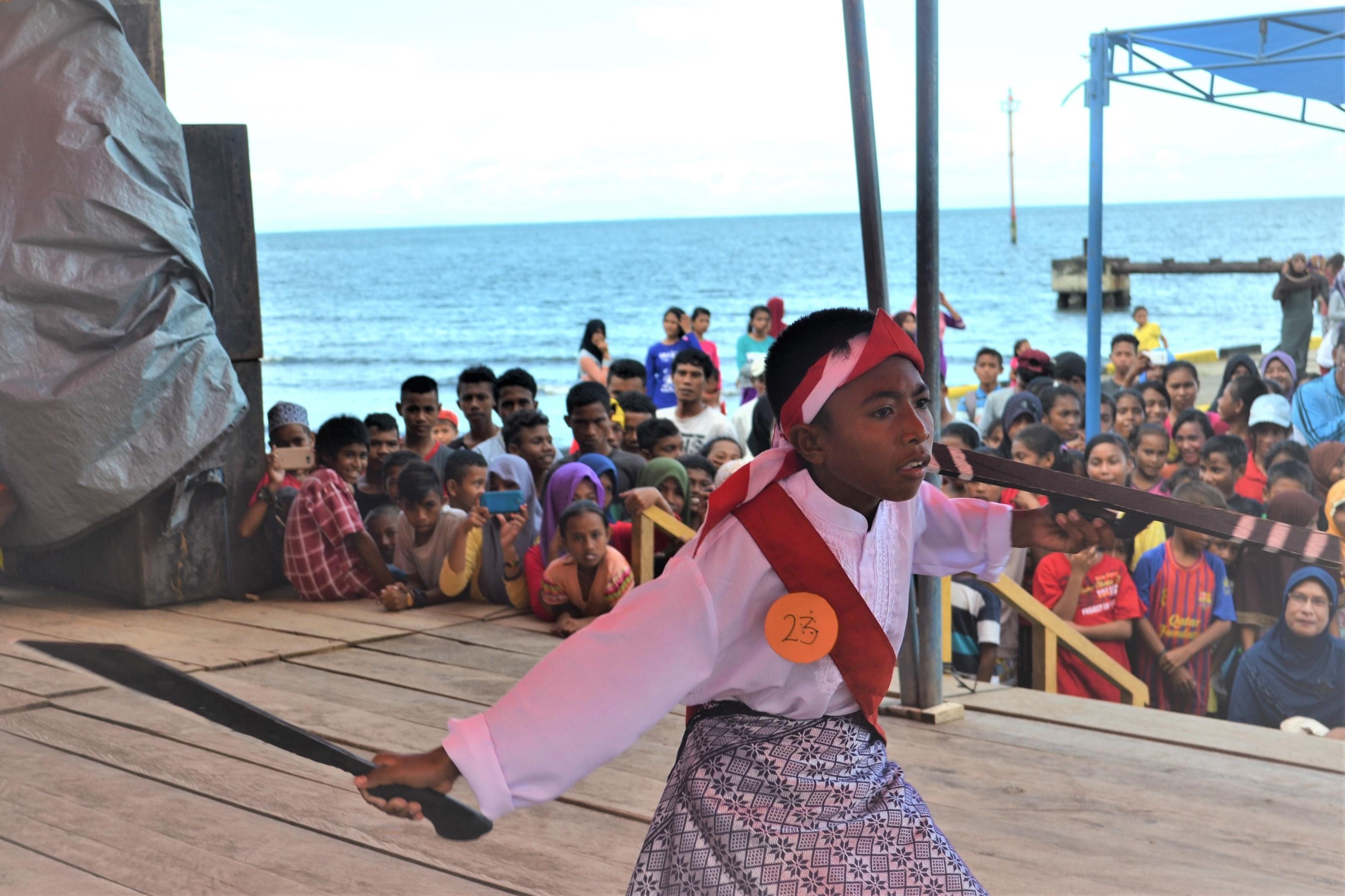 (Seorang anak sedang mementaskan Tarian Cakalele/GNFI)