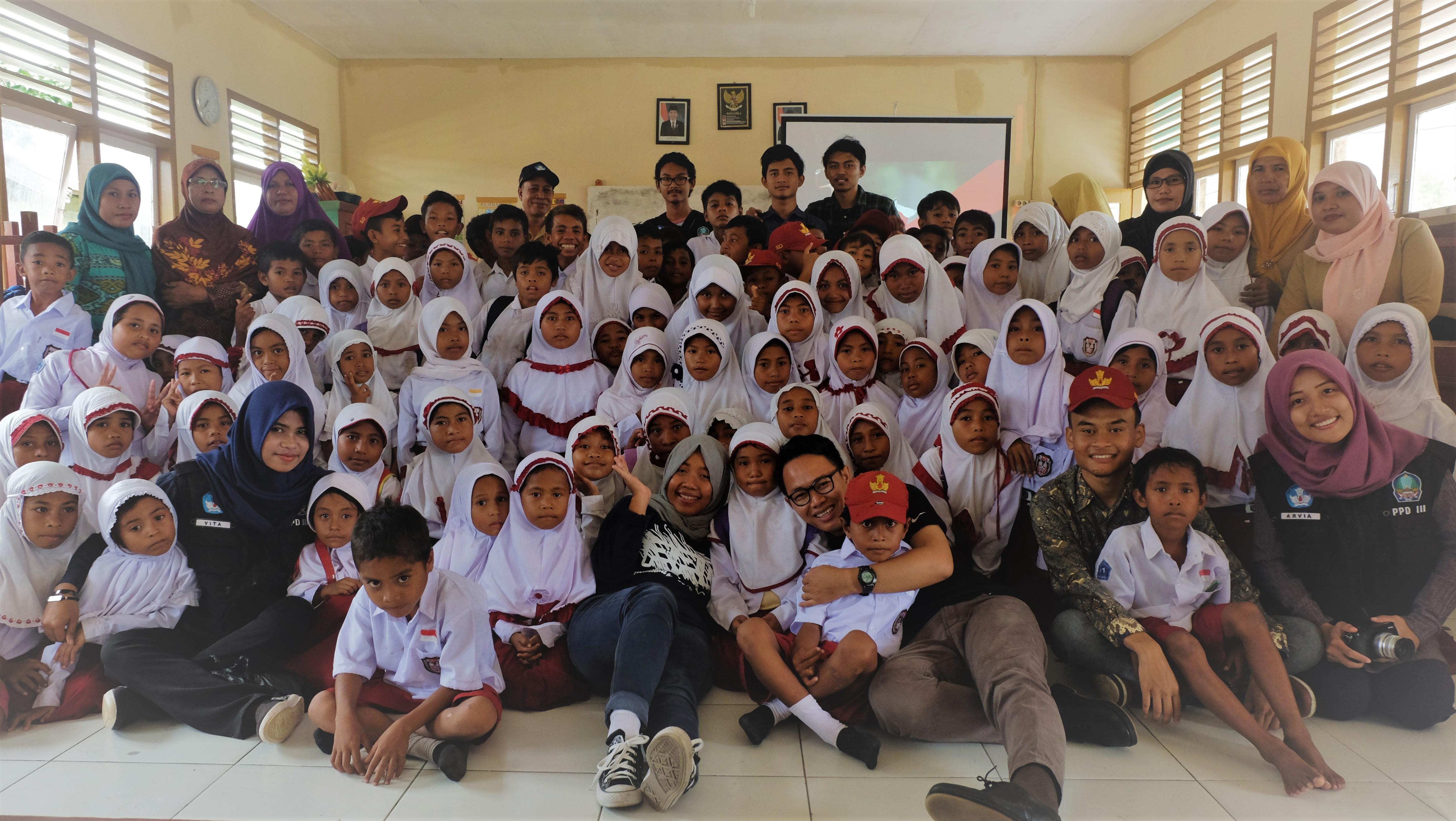 (Para pengisi Kelas Inspirasi berfoto bersama dengan peserta/GNFI)