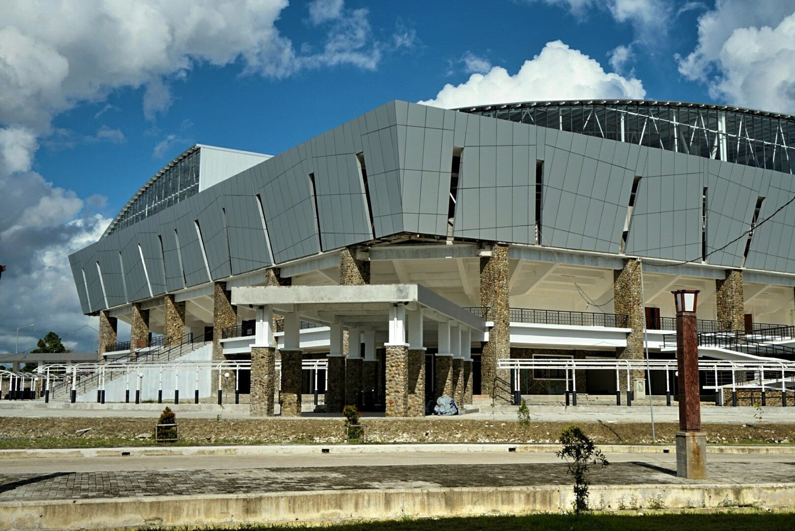 Tampak luar Stadion Indoor venue untuk Basket dan Bulu Tangkis (Foto: Bagus DR / GNFI)