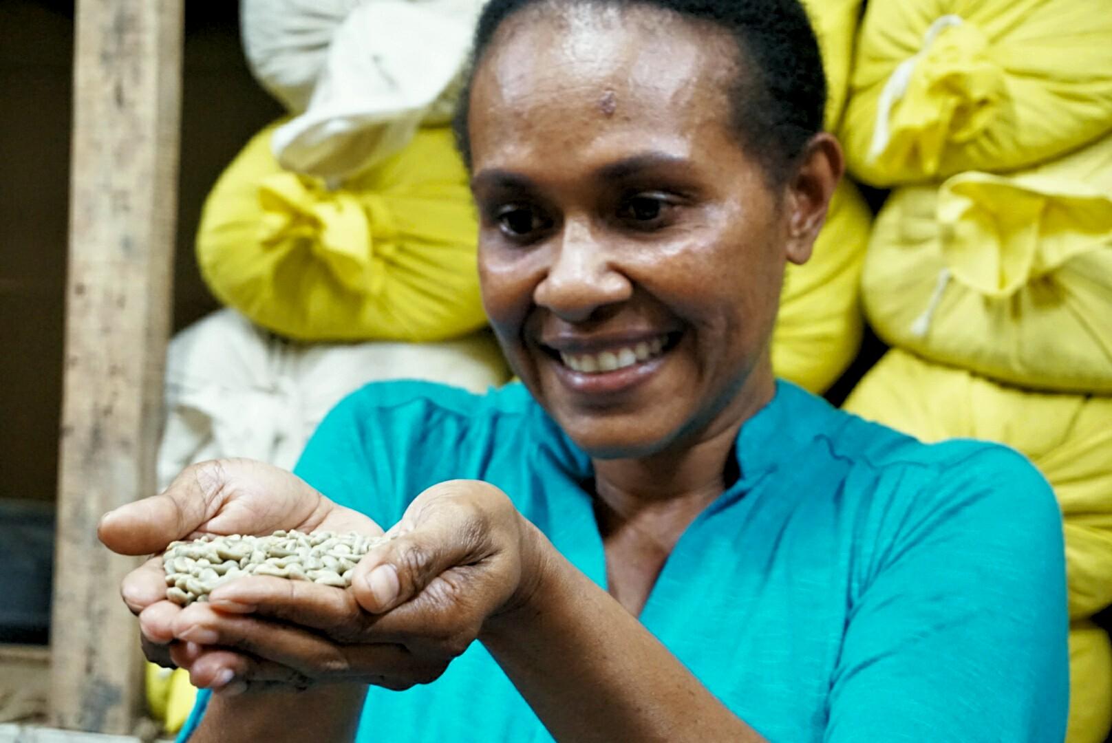 Harony Sedik saat menunjukkan biji Kopi Amungme (Foto: Bagus DR / GNFI)