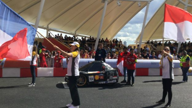 Mobil Bumi Siliwangi saat berada di arena balap, dibelakang tim Perancis (Foto: BBC Indonesia)