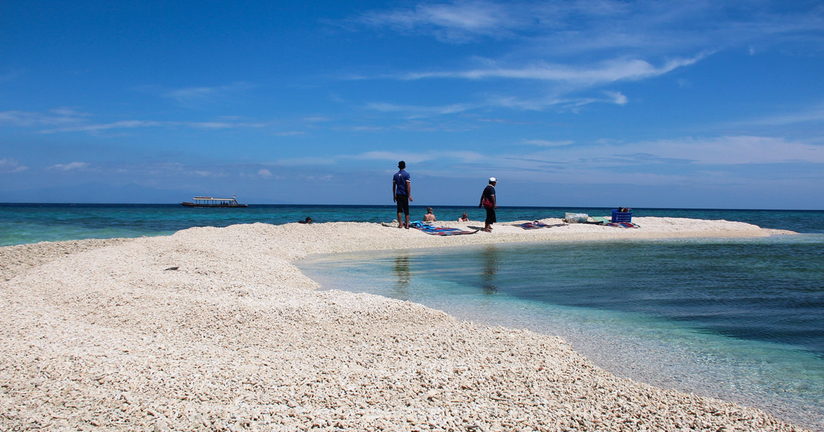 Gundukan pasir puluhan meter membentuk sebuah pulau dekat pulau Moyo Sumbawa yang menjadi obyek wisata menarik (Suyasa Bukit)