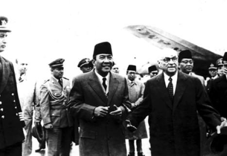 Presiden Soekarno Tiba di Lapangan Terbang Esenboga Ankara, Disambut Presiden Celal Bayar (Kanan). Arsip Foto Kantor Kepresidenan Turki