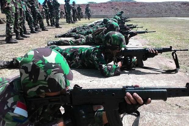 Tim Marinir TNI AL Menjebol Rompi Antipeluru Milik United State Marines Corps. (Joko Sulistyo/Koran Sindo).