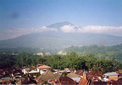 Gunung Singgalang (via alamendah.wordpress.com)