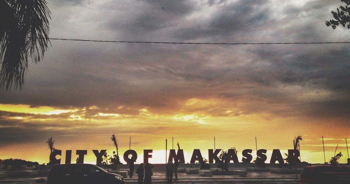 Sunset di ikon Kota Makassar, Pantai Losari, sangat menawan (dennytanos)