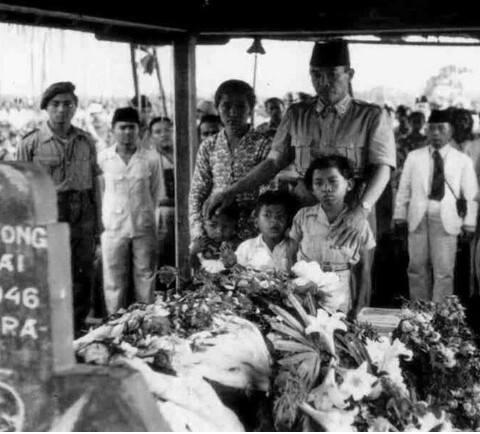 Presiden Soekarno berziarah ke makam pahlawan (alm) I Gusti Ngurah Rai di dampingi 3 putra dan istri (alm) di taman makam pahlawan Margarana Tabanan Bali tahun1950. | didik16.com
