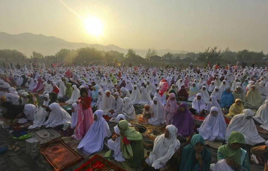 Ribuan umat muslim bersiap menunaikan ibadah salat Idul Fitri di Gumuk Pasir Parangkusumo, Bantul, Yogyakarta | Antara/Andres Fitri Atmoko