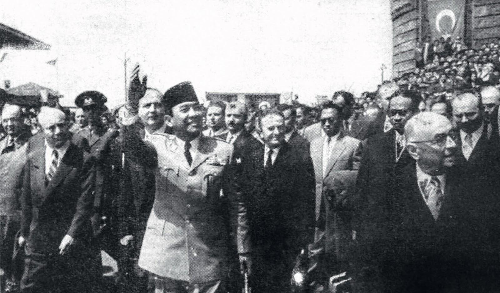 Presiden Soekarno di Kawasan Ulus, Ankara, setelah Keluar dari Gedung Parlemen Turki. Arsip Foto Koran Cumhuriyet