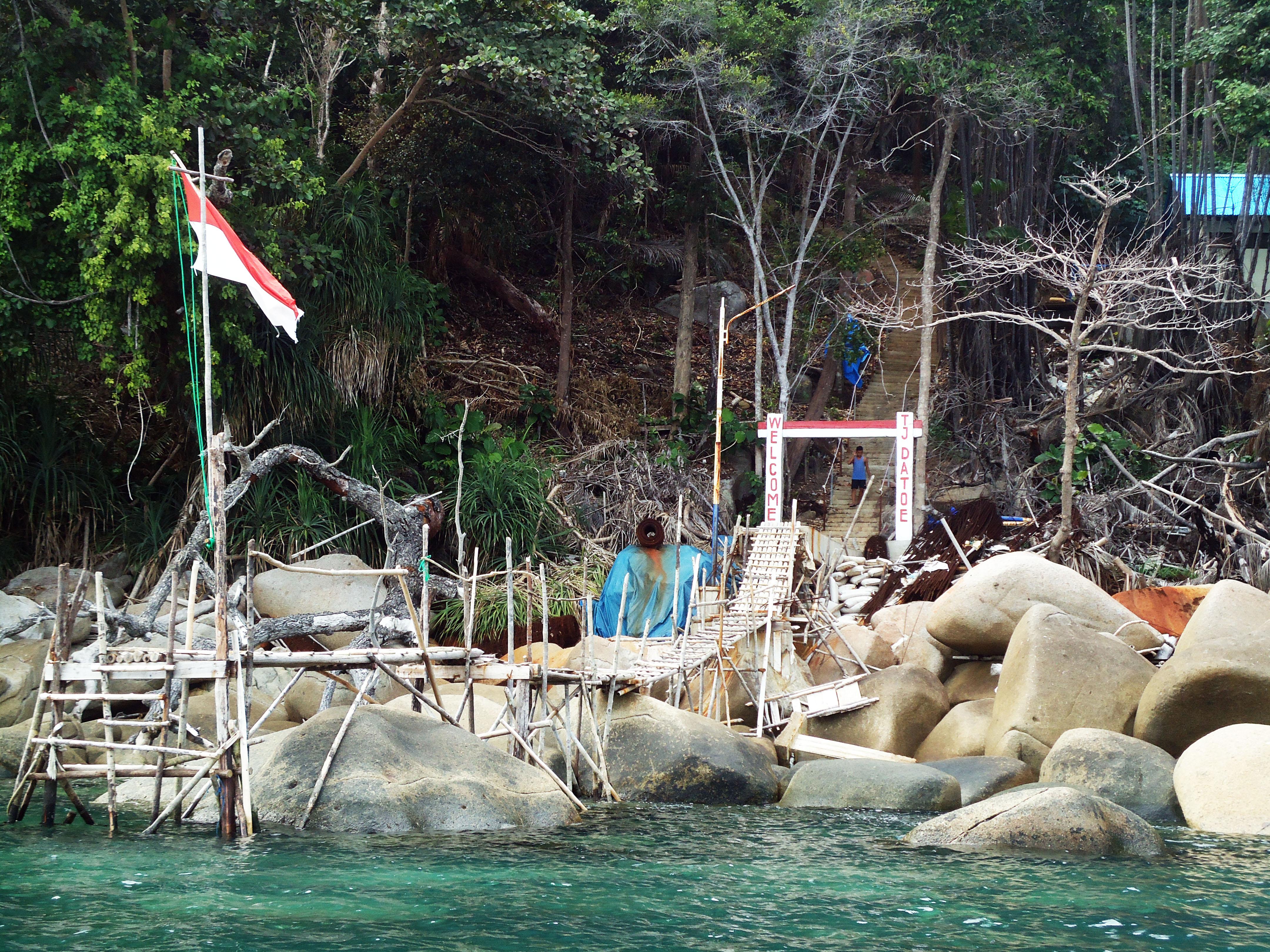 Dermaga Tanjung Datu yang memegang peran penting dalam membuka akses dari mercusuar darat ke kampung terdekat, Desa Temajuk (c) Iftitah Sari/ Dokumentasi Tim KKN UGM KTB-01 2014