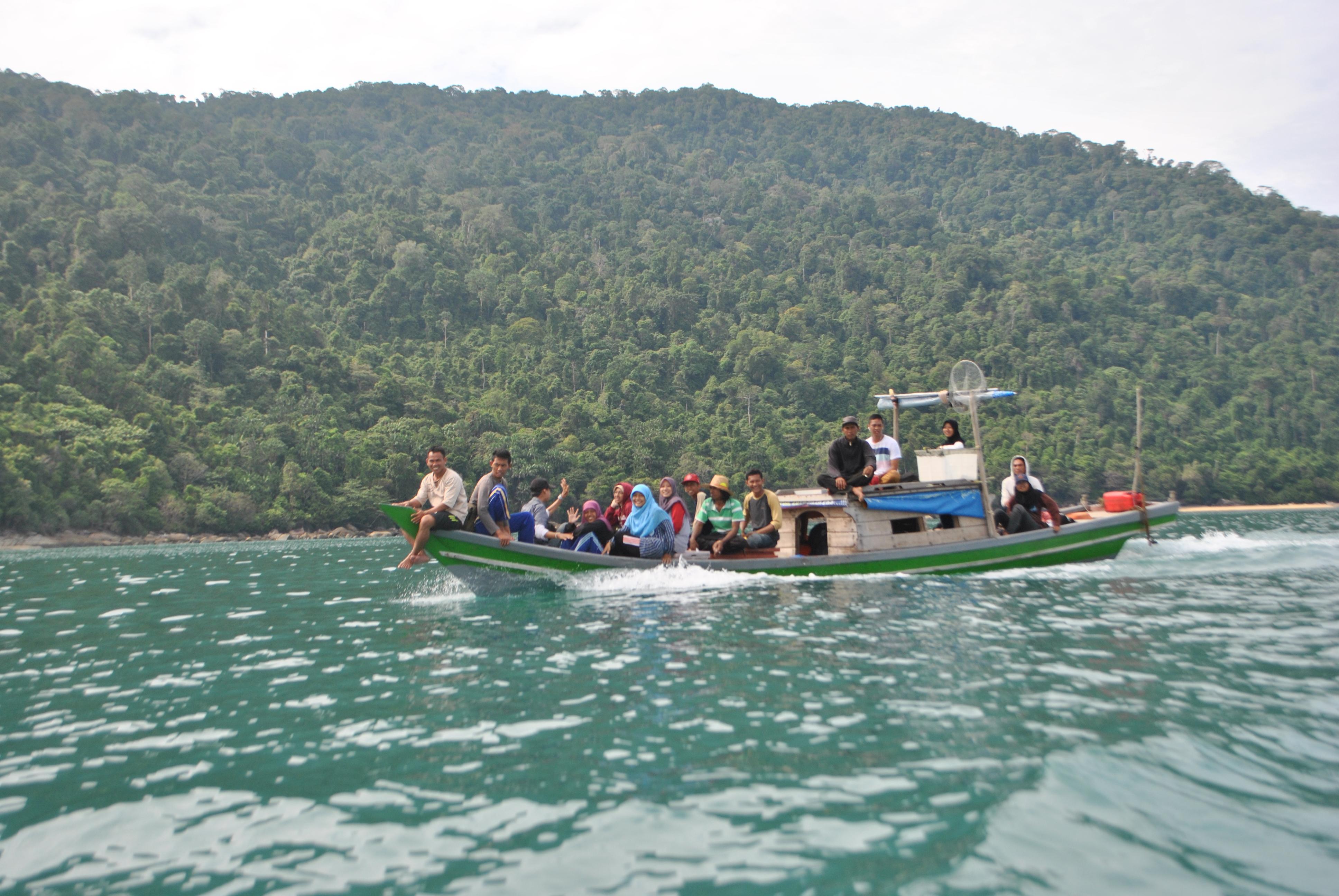 Tim KKN KTB-01 2014 berangkat ke tanjung Datu menaiki perahu motor