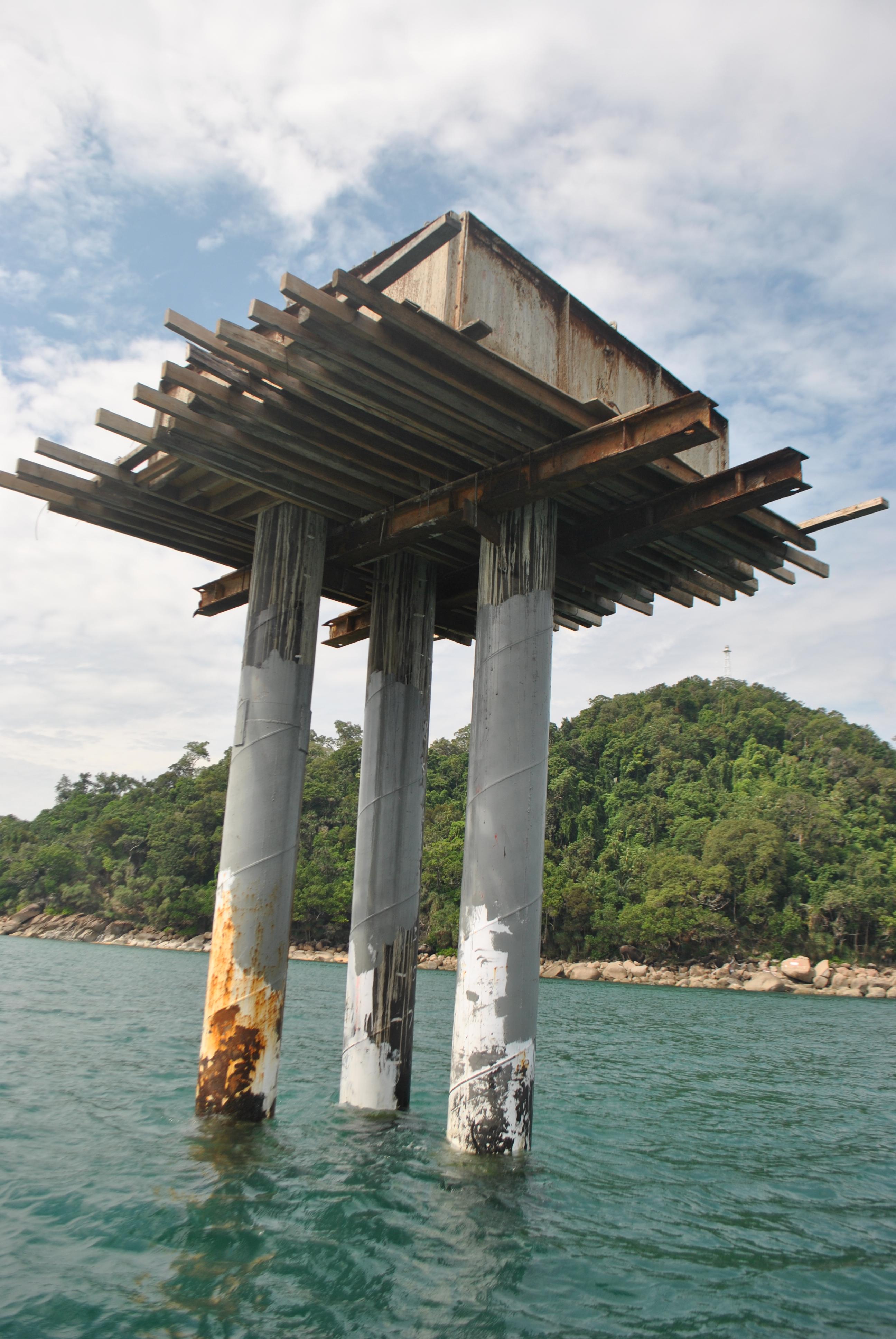 Pilar dasar mercusuar lepas pantai yang sempat memanaskan suhu di perbatasan karena pemerintah Malaysia membangunnya di kawasan abu-abu. Pembangunan dihentikan setelah Pemerintah Indonesia melancarkan protes.
