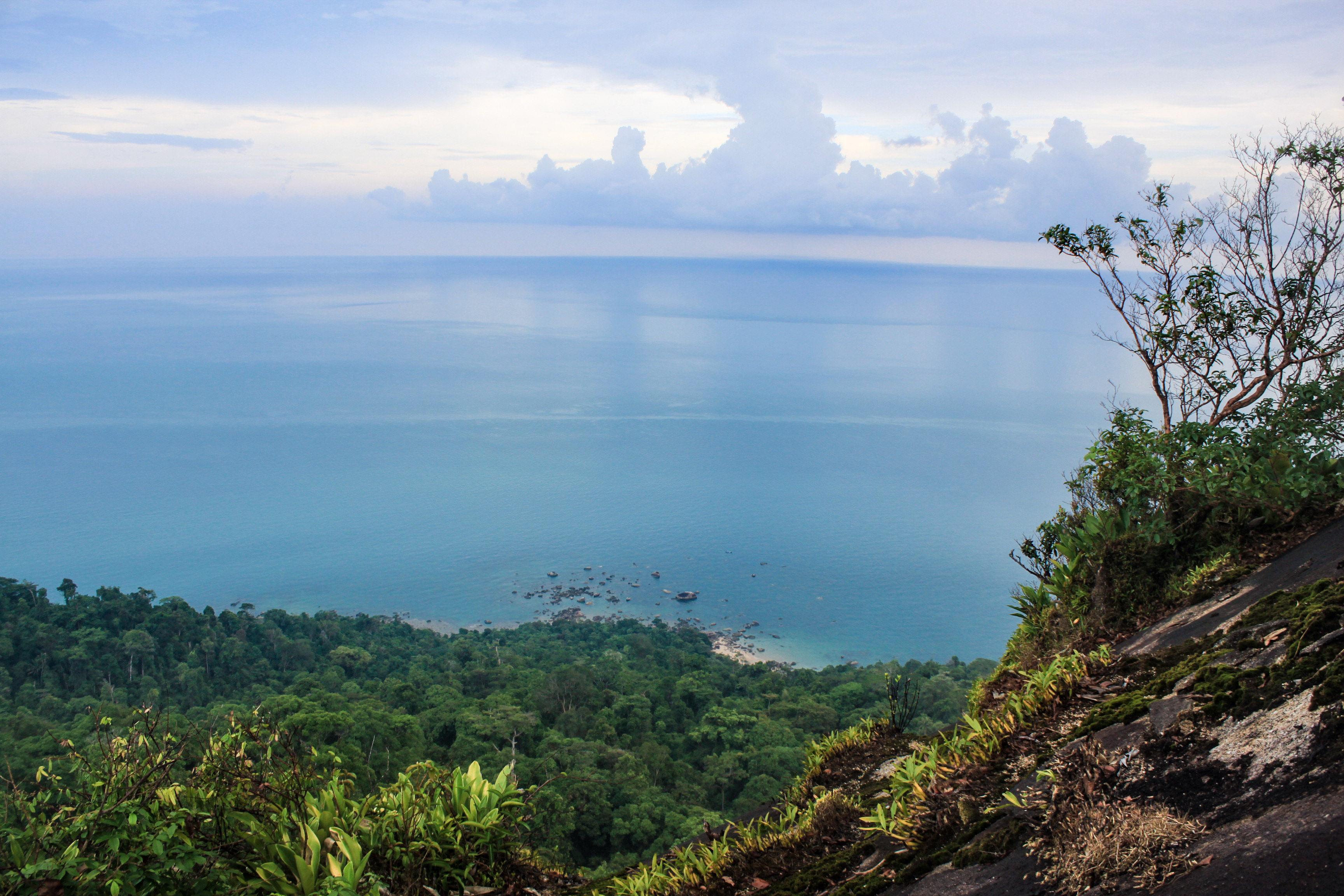 Laut Cina Selatan dari atas Batu Bajulang, pemandangan sisi Indonesia. (c) Hafiz Fatah