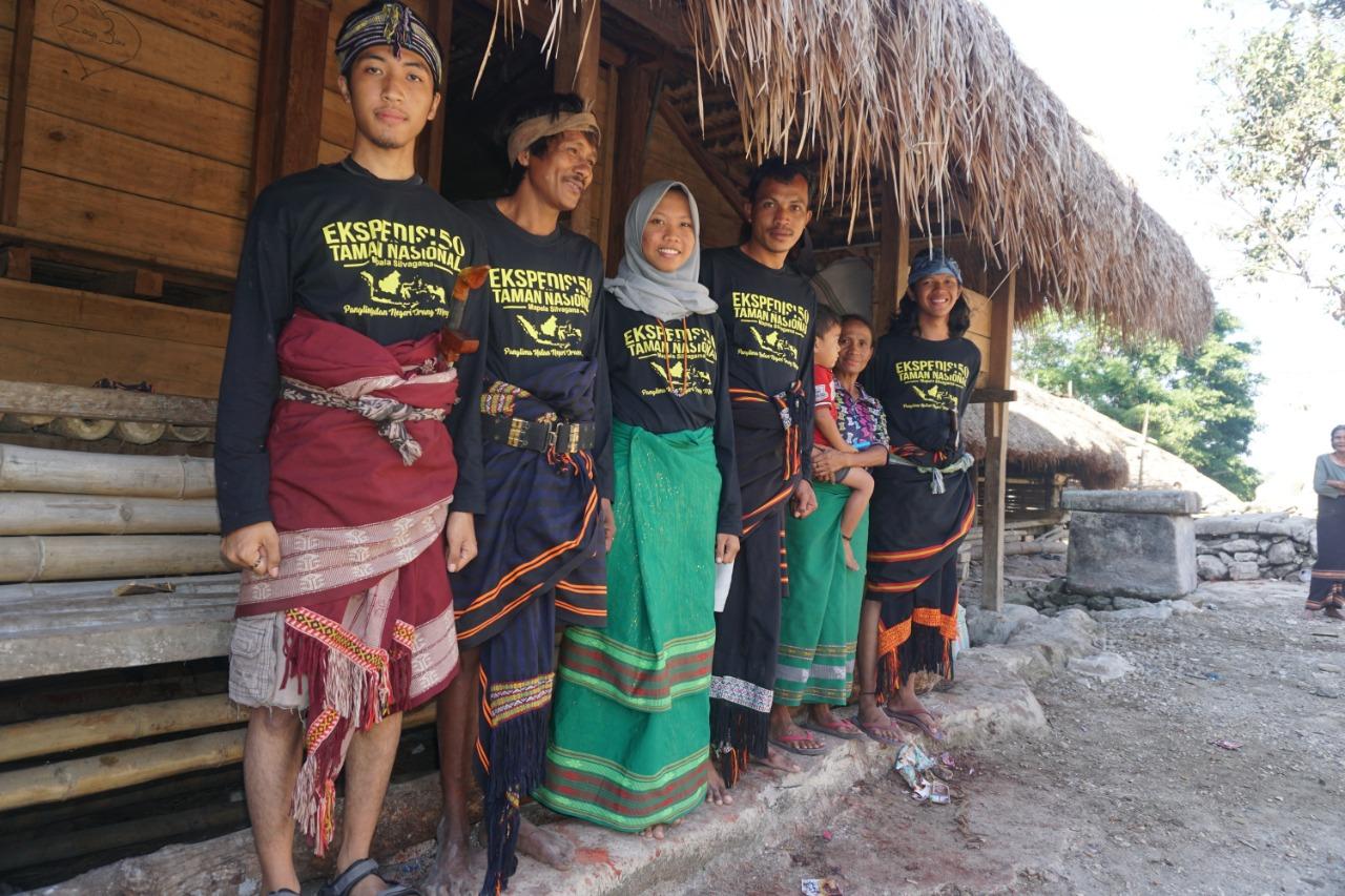 Foto bersama tim dengan warga desa