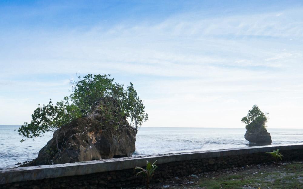 Batu Atöla, Batu berlubang yang pindah sendiri. © Fitria Dwi S