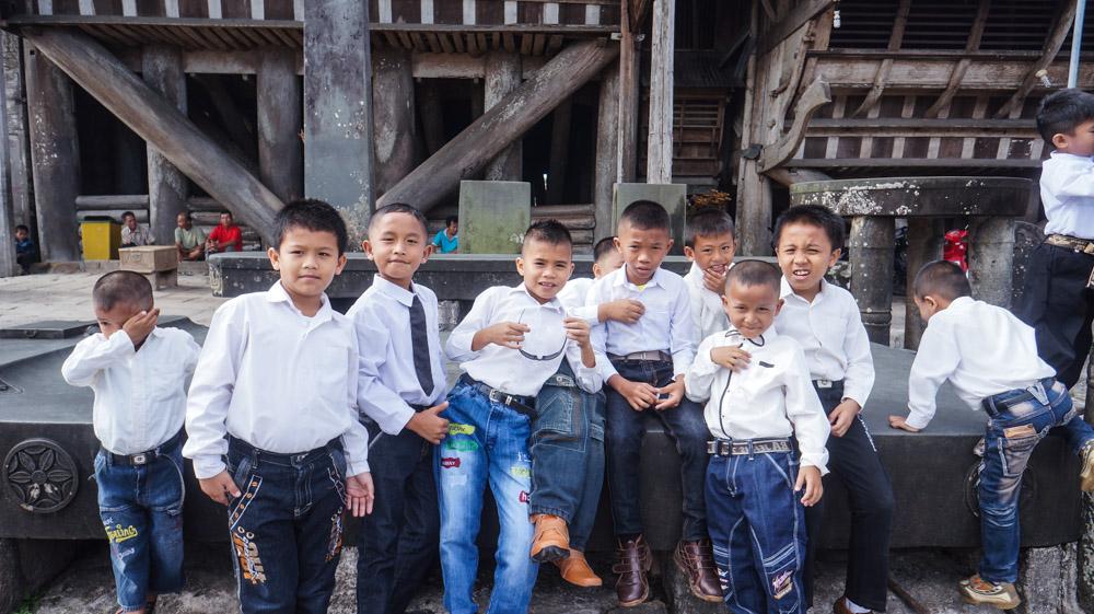 Anak-anak Desa Bawomataluo yang Bersiap Pergi ke Perayaan Natal Sekolah Minggu.