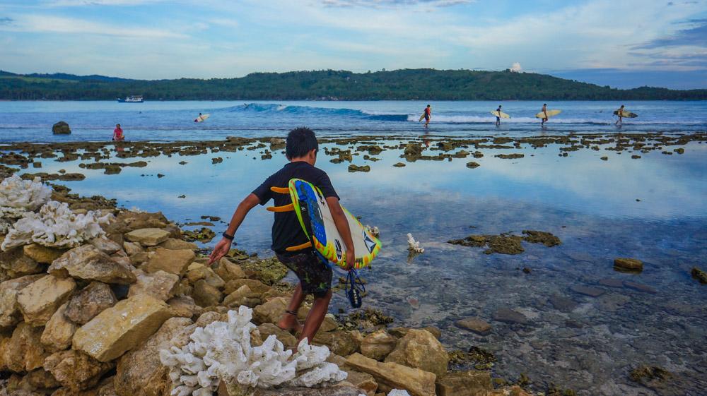 Siap Pergi Menari Diatas Ombak Pantai Sorake. © Fitria Dwi S