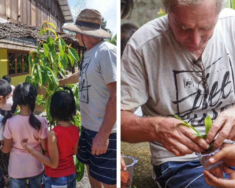 Mark, mengajak anak-anak mengenal tanaman dan cara menanamnya. © Fitria Dwi S