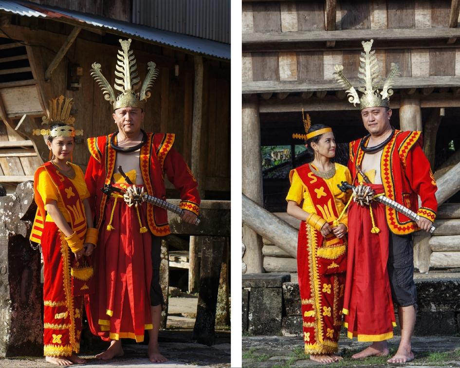 Berfoto dengan Baju Adat disamping Daro-daro dan di depan Omo Sebua. © Fitria Dwi S