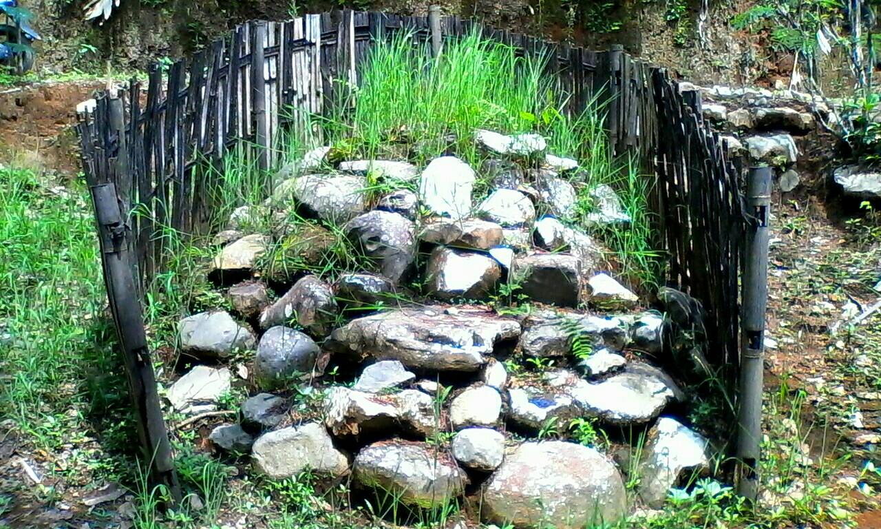 Tumpukan batu-batu yang diberi pagar bambu