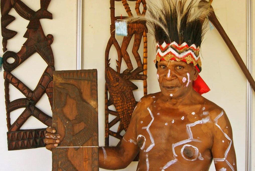 Oktavianus Etapuka, salah satu pengukir kayu dari Suku Kamoro, Papua.