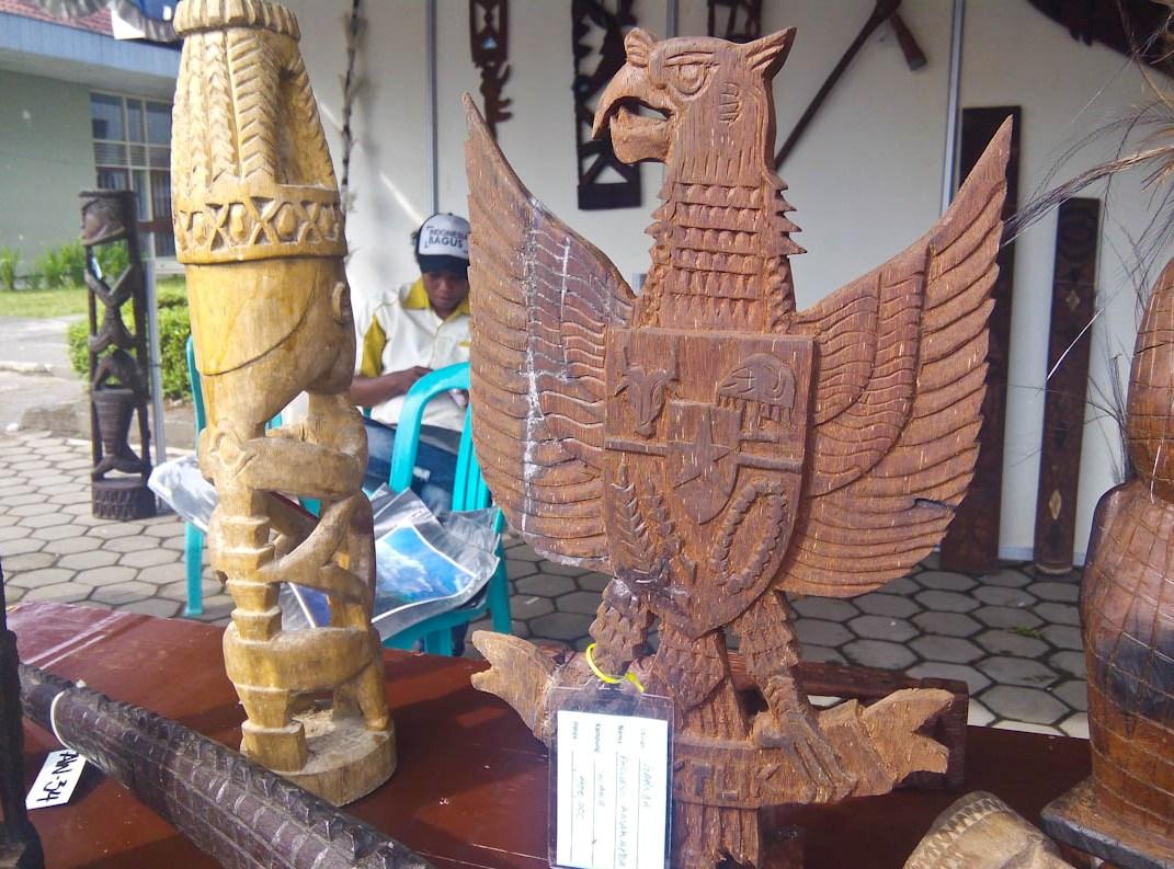 Ukiran kayu berbentuk burung Garuda Pancasila buatan orang Kamoro.