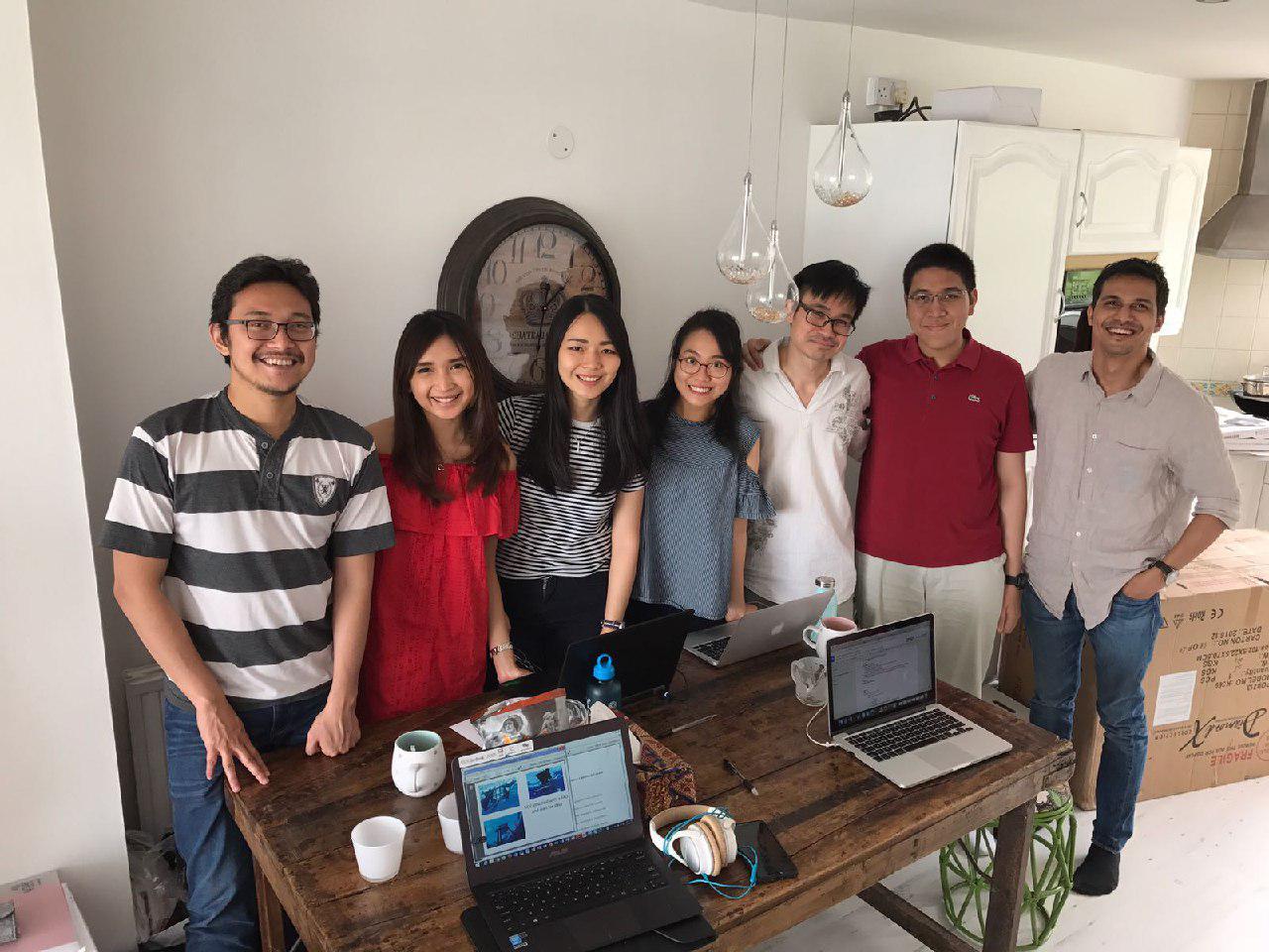 Tujuh Founders dari NIF saat mendiskusikan draft AD ART pertama. Lokasinya di rumah Arief Gunawan, President pertama NIF. Dari kiri ke kanan: Vani, Dea, Lilis, Ovi, Arief, Satria, Rizal.