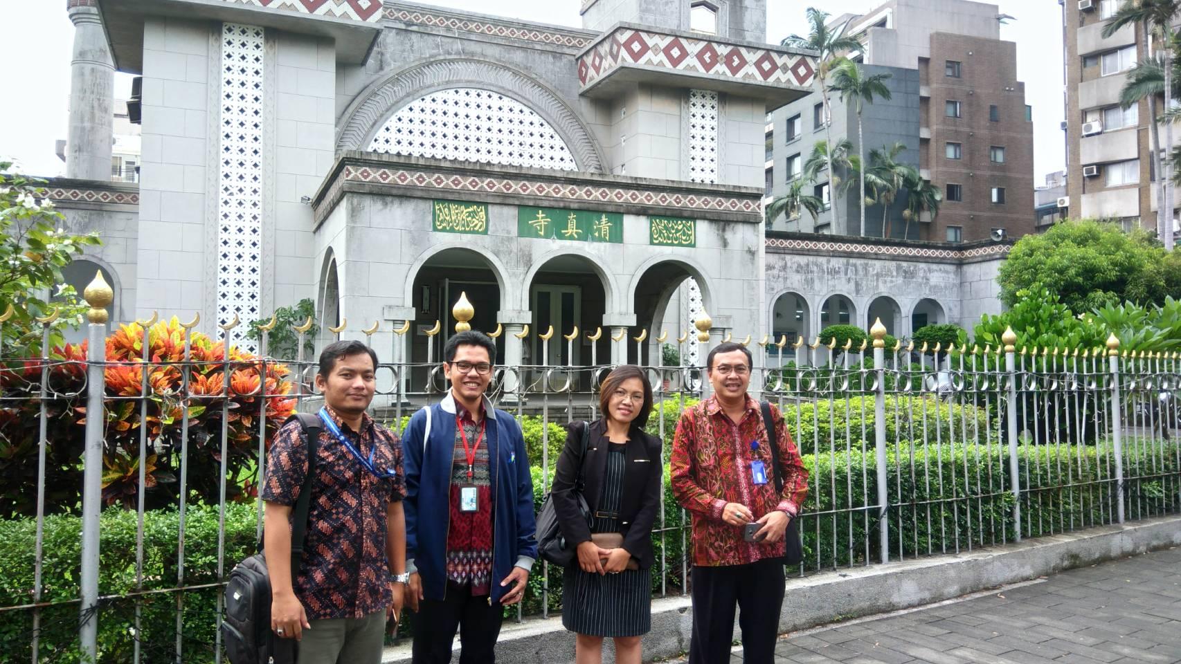 Kunjungan pak Subi Sudarto dan pak R. Putra Maha Muda ke Grand Mosque Taipei di sela pengawasan UNBK 2017 di Taiwan (dari kiri: pak Putra; Pelaksana Tugas Ketua PKBM PPI Taiwan; penanggung jawab CLC BJI; dan pak Subi Sudarto)