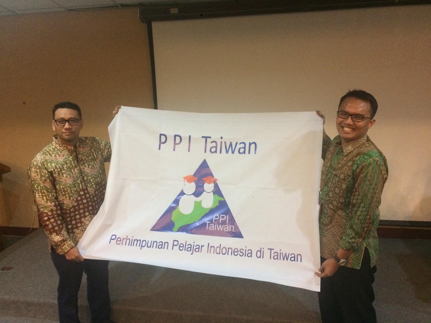 Serah terima jabatan Ketua Umum PPI Taiwan (dari kiri: Pitut Pramuji dan L. Tri Wijaya N. Kusuma)