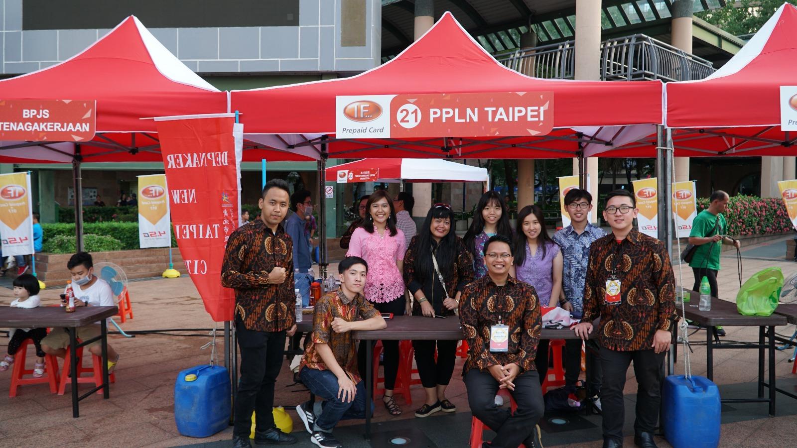 Tak lupa PPLN Taipei melakukan foto bersama di depan booth milik mereka demi melayani WNI yang ingin mendaftar sebagai DPTLN Taiwan © PPLN Taipei