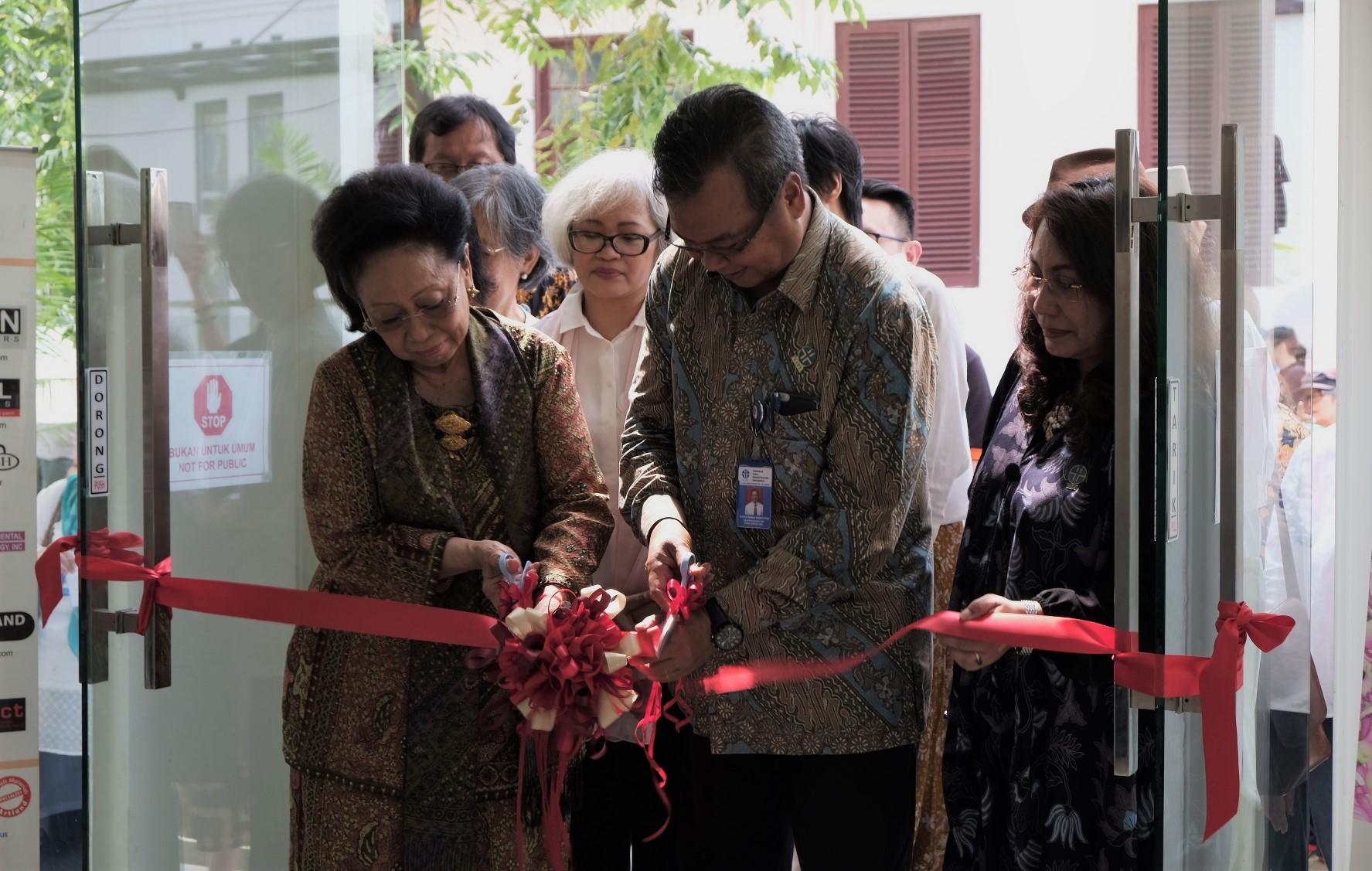Pengguntingan pita oleh Plt. Kepala LIPI, Prof. Dr. Ir. Bambang Subiyanto, M.Agr. dan Dr. Martha Tilaar menandai pembukaan pameran Ragam Flora Indonesia